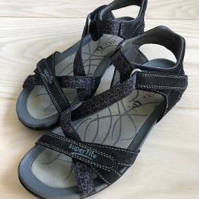 Sorte sandaler i rigtig god kvalitet fra Superfit. Kun brugt enkelte gange og fremstår som nye. Ingen slid på inder- og ydersål. Nypris 600 DKK