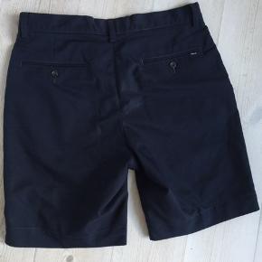 Marineblå shorts i lækker, tynd polyester kvalitet. Str. 30.