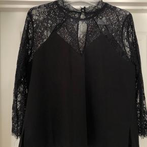 Flot Neo noir bluse med blondedetaljer og flot hals :)