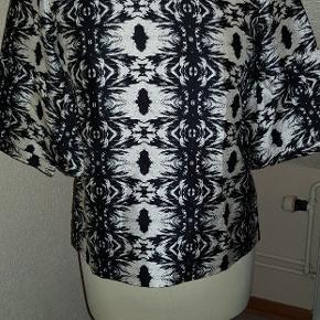 Super smuk og speciel bluse. Har lynlås i bag. Størrelse og stof ej angivet i blusen. Ginen den er på, er en str. 38 Stoffet er let og silkeagtigt