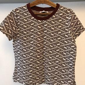 T shirt med fint mønster i creme og Bordeaux