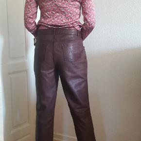 Læder bukser fra auluna. De er pæne og i velholdt stand. Mp. 400kr plus porto. Handler gerne med mobilepay.