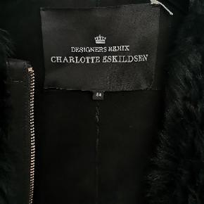 Designers remix Charlotte Eskildsen shearling sort jakke i str small(34)  Modellen hedder Tosca shearling