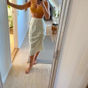 Nederdel fra Asos, med binde detalje så man selv kan styre hvordan den skal være i siden