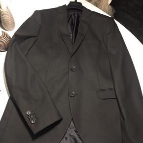 Sort jakkesæt, Premium slim fit str. 48 Brugt en gang til galla aften Let slid ved v. albue (som nærmest ikke ses når jakken er på) derfor den billige pris. Se billede 4 Perfekt til galla eller konfirmation