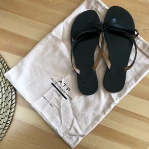 Flotte og stilrene sandaler fra ATP. Nyprisen er 1300kr og standen er rigtig fin. De er gået med måske 10 gange, og der er derfor almindelige brugstegn ✨