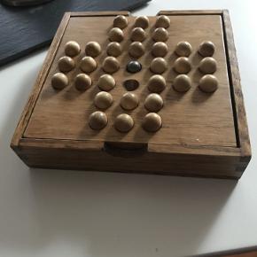 Håndlavet spil hvor kuglerne kan kommes ned i kassen. super flot at have stående på bordet.  Jeg har desværre mistet den ene kugle så jeg har brugt metalkuglen der skal være i midten men en træperle kan også bruges (har fundet en der lægges ved selv om den ikke er magen til de andre)  14 x 14 cm