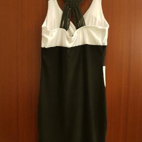 Sort og hvid kjole, mærket er Progress. Aldrig brugt.