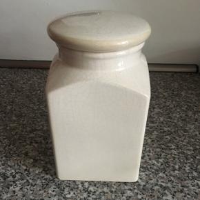 Kaffekrukke / opbevaring i råhvid porcelæn fra ILVA. Højde 18,5 cm. 10,5 x 10,5 cm