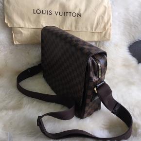 LV N41149 Shelton MM Damier Ebene skulder taske. Tasken har været brugt som laptop taske og har været brugt under 10 gange.