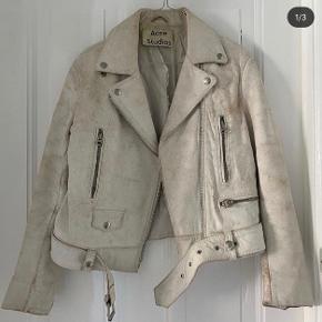 Acne Studios læder jakke i modellen 'Mock scratch' Den er coated med en form for hvid maling der med tiden skaller af, inden under er en smuk beige ruskind. Det er meningen :-) str 36  Obs. Der er hul i inderforet nypris:10.000