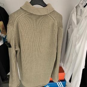Sælger min fede, lidt ældre men slidte Stone Island striktrøje.   Den er L men fitter meget mere en XL.   Trøjen er perfekte til de gode sommeraftener og normal brug.  Dog har trøjen en del flaws. Den har b.la. På højre side af trøjen som kan syges og et hul som er syet i ærmet.  Tager imod bud!