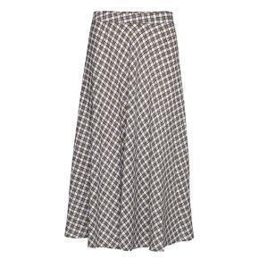 Smuk mønstret nederdel fra Résumé ☀️   - aldrig brugt, med mærke - str. 42 (passer en L-XL) - talje måler 2x43-44 cm  - knælang - smuk ternet mønster  - army og hvide farver. En meget svagt lyseblåt skær.   Nypris 900,-   Se også mine andre fine annoncer. Sælger billigt ud og giver gerne mængderabat 🙌🏼  #trendsalesfund