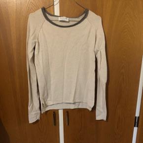 Rosemunde trøje str M i fin pudderfarve med lysebrun krave. Den er blevet brugt en del og sælges derfor billigt.  70% uld, 30% cashmere