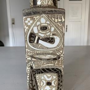 Super flot firkantet retro vase fra Royal Copenhagen i serien Baca. Vasen fremstår uden nogen former for fejl. Højde 19 cm og bredde 7cm.