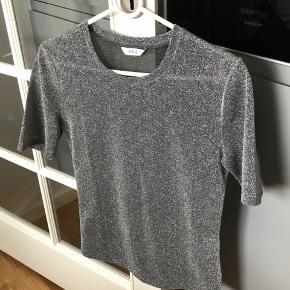 Sælger denne glitter t-shirt fra Envii💖