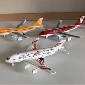 """Modelfly/legetøjsfly.  Med batteri i kan de lyse og lave """"flyvelyde"""".   Perfekt til kalendergave eller julegave.  Sælges samlet for 200kr"""