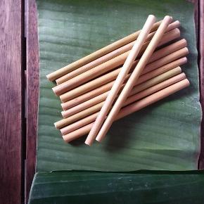 Brand: LIND. Varetype: Bambus sugeroer 12 stk. Størrelse: 18 cm Farve: Naturlig  Alternativ til plasticsugeroer.  Genanvendelige sugeroer. Kan vaskes i opvaskemaskinen ca 20 gange. Skal ligges til toerre pae et viskestykke.  Kan vaskes i haenden med en boerste.  Naer de ikke kan mere, kan de kommes pae kompostbunken hvor de formuldes.  Samtidig med at det er godt for naturen med bambus sugeroer, ser de ogsae lidt sejt ud i et glas.  Hvis der er nogen der har brug for at vide mere eller koebe stoerrer partier skal de vaere vekommen til at kontakte mig.