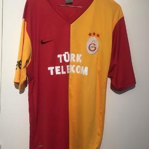Galatasaray trøje fra 11/12 sæsonen.  Købt i Tyrkiet. Derfor den lave pris