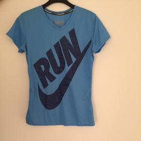 Nike løbetrøje i str S Brugt 2 gange, så den fejler intet Køber betaler fragt  BYD