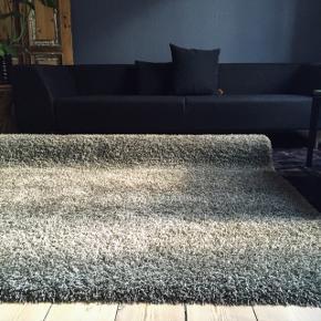 """""""Ege Soft Dream Lux"""" ryatæppe i grå nuancer med en anelse af gylden jord-farve 🖤🥥🌰🥜 Tæpperne har været brugt til foto og i et showroom, og fremstår derfor som nye. Vi har tre styk i mål: B213 L280 cm. Pris pr stk. Kr. 1200.- Fra ny ligger kvm prisen til 899.- (så faktisk lidt over 5.000 kr fra ny) #ryatæppe #gulvtæppe #indretning #personligindretning"""