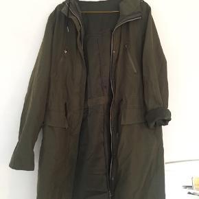 Sælger yderfrakken af en frakke med et inderfor, der ikke sælges. Det er derfor en let  overgangsfrakke som aldrig er brugt.