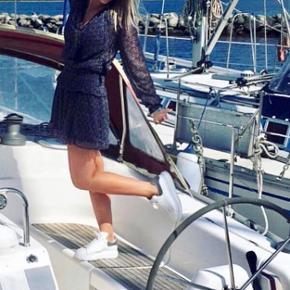 Helt ny neo noir klassisk kjole i blå. Super fin til sommer. Aldrig brugt og stadig med mærke (på billedet er det en anden kjole og str. small jeg har på) ses også på nummer 2 billede at mærke stadig sætter op på :-)