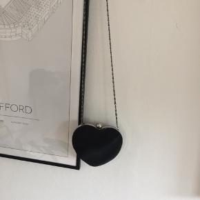 Sød lille hjerteformet taske, intet mærke i men mener den er fra H&M.