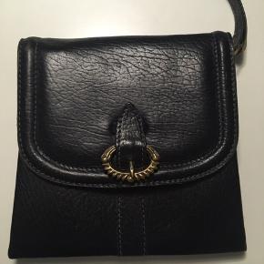Super fin taske der dog er gået i stykker (som vist på billederne) og er grunden til den billige pris. Jeg er sikker på det kan fikses på en måde, jeg ved bare ikke hvordan 😁