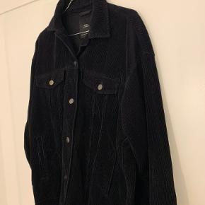 Sort oversized jakke fra Zara i str 36.
