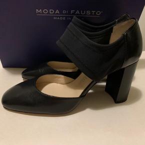 Sorte skind heels fra Moda Di Fausto Sko i str 37  Hæl ca 8 cm og rem over vrist er i elastisk neoprehn materiale. Nypris mere end 1500 og sælges for under 1/2 pris plus Porto