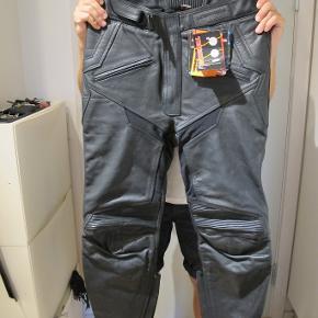 Lookwell MC bukser til kvinder. Str. 52/32 (L). Aldrig brugt.
