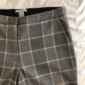 Jeg sælger disse fine ternet bukser fra H&M.  De er en str. 36.  De er i super god stand!