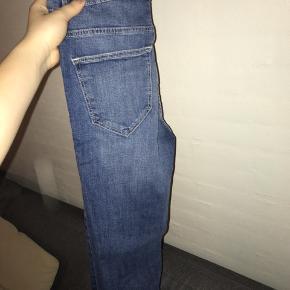 Helt nye bukser fra H&M i str 36, hvilket svarer til en S🌸🌸 De er stadig med prismærke, men da de er bestilt på nettet kan man ikke se nypris, dog mener jeg, at det var 279kr:)