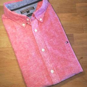 Super lækker sommer skjorte med korte ærmer. Blandingsprodukt... Bomuld og Hør som jo gør den optimalt kølende på de varme dage. Nypris: 1000,-