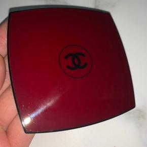 Chanel luminous highlighter, brugt meget få gange (2 gange max)  Den er blevet renset og desinficeret, så den fremstår som ny.