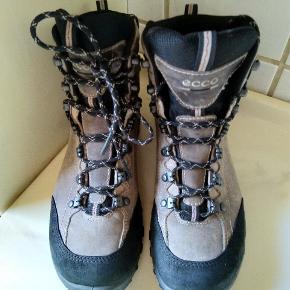 Næsten nye super kvalitet vandrestøvler Fra Ecco Street 38 Kun brugt få gange Se venligst fotos for standen Sælges kun via Mobilepay