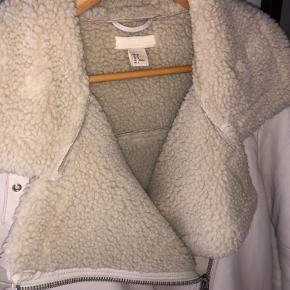 Skindjakke fra H&M, købt sidste vinter - aldrig brugt, da jeg desværre fortrød. 🧡