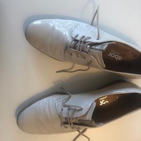 Lækre gabor sko med lak effekt. Farven er en blanding af beige og lys grå.