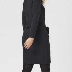 SCULPT kjole fra Bitte Kai Rand. Enkel kjole med raglan ærmer og klassisk rund halsudskæring. 2 sløjfe detaljer til venstre for halsen og 1 ved venstre håndled.   Modellen på billede er 176 cm og iført str. S  Fuld længde i str. S, 99 cm VASKES PÅ 30° FINVASK 63% VISKOSE 33% POLYAMID 4% ELASTHAN Aldrig brugt, stadig med originalt  prismærke. Original kvittering medfølger fra jan/20. Pris + Porto(DAO) gerne mobilpay eller TS-handel + 2,5%