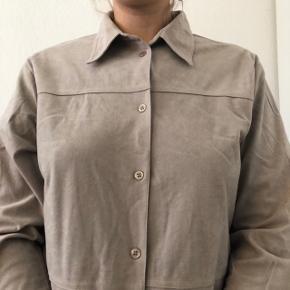 Vintage suede/velour beige skjorte.  Prisen er eksklusiv fragt og jeg sender kun 🥰