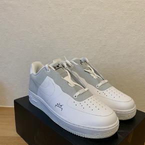 Sælger disse super fede og specielle ACW x Nike Air Force 1 i den hvide colorway.  Skoen har aldrig været i brug, eller prøvet på.   Original kasse medfølger.   Prisen er fast.