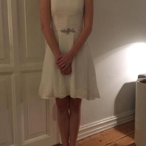 KONFIRMATIONS KJOLE SÆLGES   Brand: Bridehouse Konfirmationskkole Størrelse: 34 Farve: Hvid Oprindelig købspris: 1450 kr.  Virkelig smuk kjole sælges