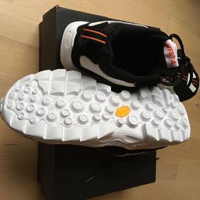 Mega billigt lækker😊 sportssko/ sneakers str. 42  Nye, aldrig brug sneakers / seje flats i moderne farver fra HI- TEC i meget god kvalitet str. 42   Kom eventuelt med en realistisk byd😊  Hvis du er interreseret i sneakers / flats fra Hi-tec i str. 42 sender jeg gerne nøjagtige mål og flere fotos. Oprydningssalg, tages ikke retur, pris plus fragt. Pris kun for et par sneakers  😊 Custommade sweater str. M kan tilkøbes.