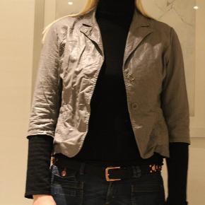 Varetype: blazer Farve: Grå Oprindelig købspris: 499 kr.  Super fin kort blazer til over toppen eller en kjole   brystvidde 2*45 længde 56 materiale 55% Linen 45% Cotton