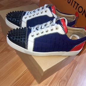 Sælger disse Christian Lououtin sko, da jeg ikke længere kan passe dem.  Jeg har gået med dem dagligt i en lille periode ellers har de væretR i æsken, i halvandet år.   Super fed sko, som falder i øjnene.  Har alt OG - Kvittingen, Box, nye spikes osv.   **Hurtig handlen 2000 og fragt**
