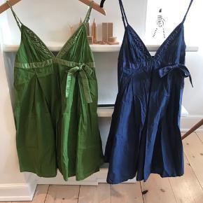 Flotte stropkjoler i grøn og blå med en sløjfe og fine detaljer med bånd. Pris er pr kjole
