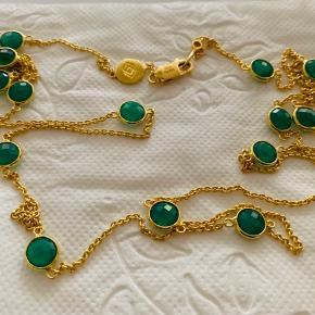Sød forgyldt halskæde fra Izabel Camille med grønne sten. Mindsteprisen er 550.