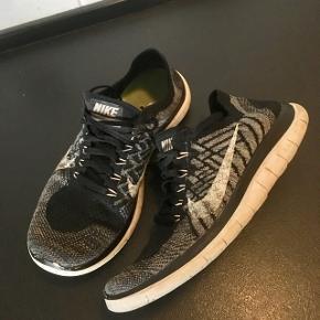 Nike Flyknit 4 str. 37,5. Nypris 1099kr Indv. sål 23,5cm  Superlækre sko, der kan tages af/på uden at skulle binde snørebånd op.   Er en unisex model.   Gls 35kr