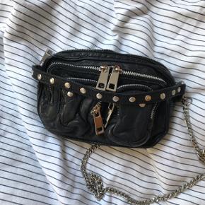 Helena nunno taske med kæde rem og tilhørende læder rem. Brugt få gange og lidt tegn på slid ved lynlåsene. Ellers i rigtig fin stand  Np . 699kr  Mp. 300kr